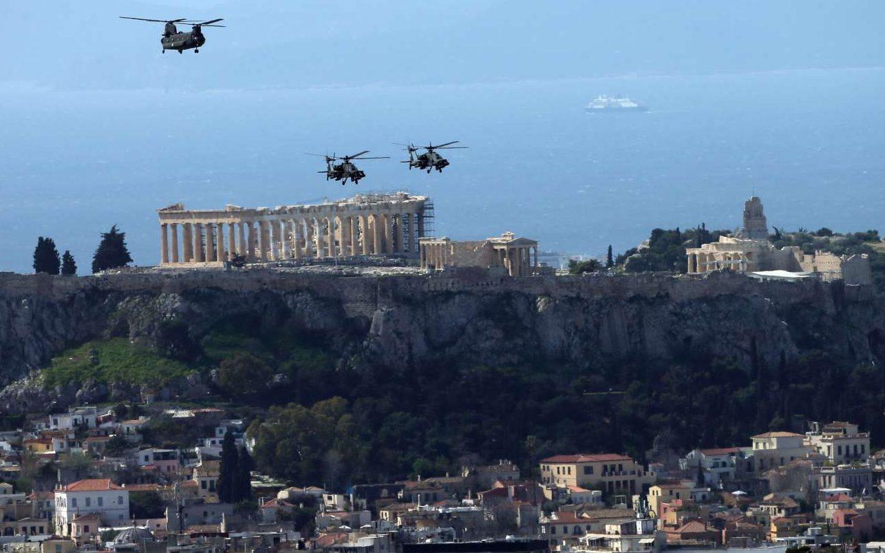 Στρατιωτικά ελικόπτερα πετούν με φόντο την Ακρόπολη