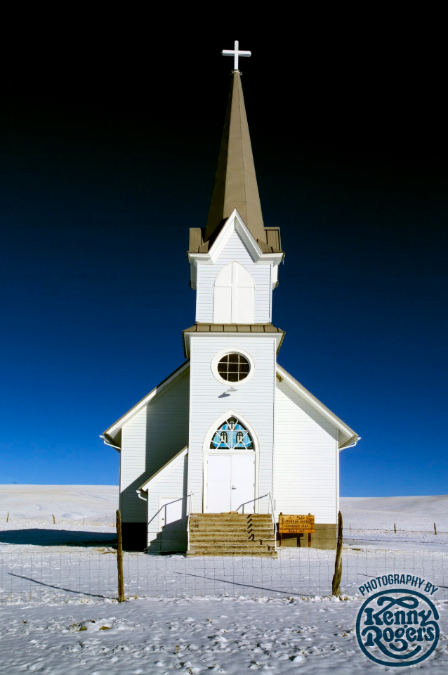 Ενα γραφικό εκκλησάκι στη μέση ένος έρημου, χιονισμένου τοπίου