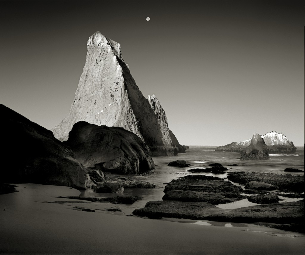 «Ο Αντίχειρας», μία από τις πιο εντυπωσιακές φωτογραφίες του Κένι Ρότζερς, απεικονίζει ένα βουνό σε σχήμα δακτύλου στη Δυτική Ακτή, κοντά στο Σαν Φρανσίσκο