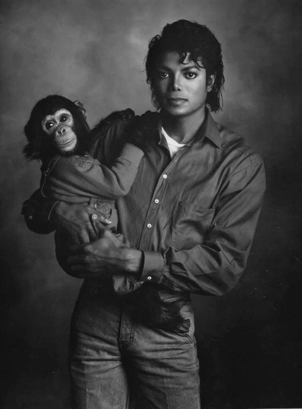 Ο Μάικλ Τζάκσον αγκαλιά με τον πίθηκο του Bubbles. Με αυτό το πορτρέτο, ο Ρότζερς κατάφερε να συλλάβει την εκκεντρικότητα και αμηχανία του Μάικλ Τζάκσον όπως κανείς άλλος