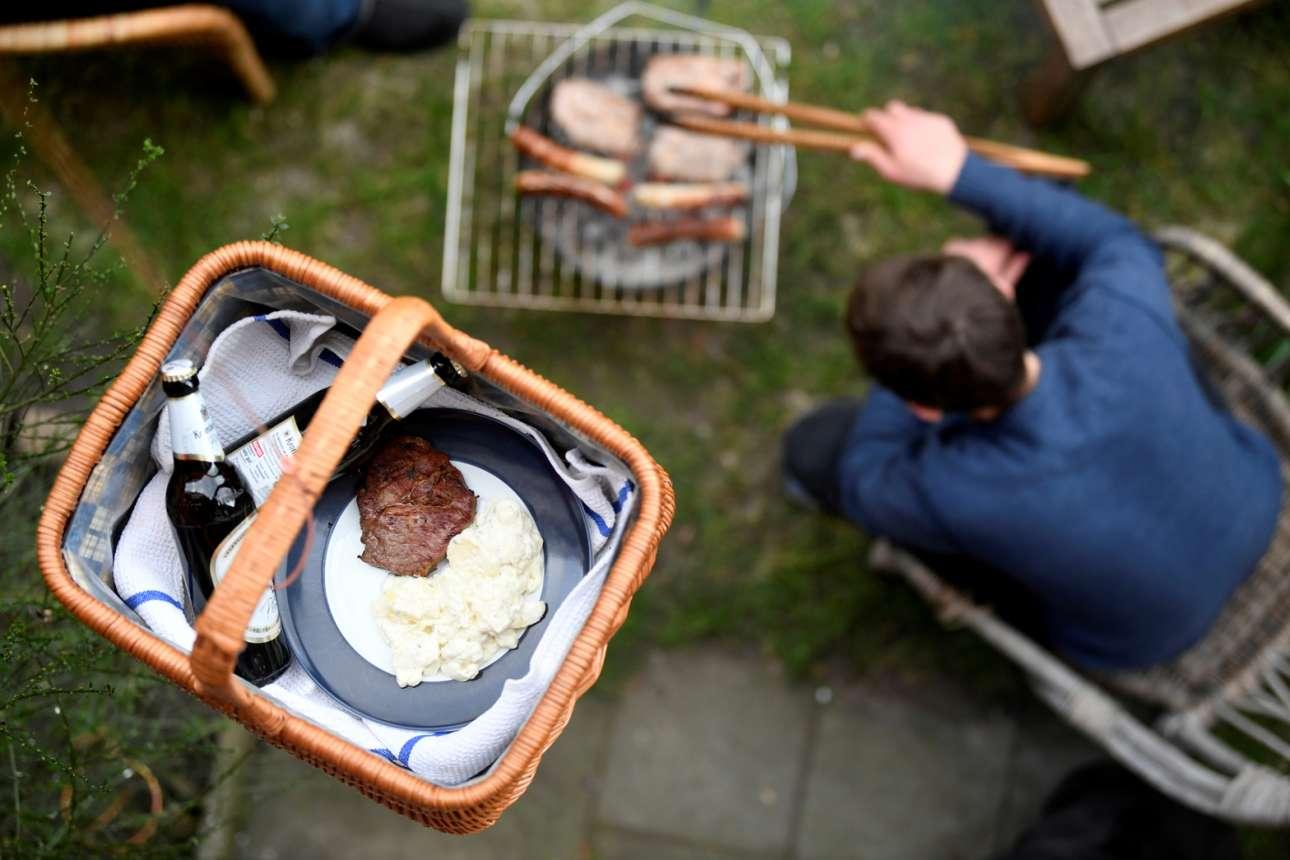 Μπάρμπεκιου στο Αμβούργο όπου ένα καλάθι με μπιφτέκια και μπίρες παραδίδεται στους γείτονες από πάνω, με τη βοήθεια ενός σκοινιού