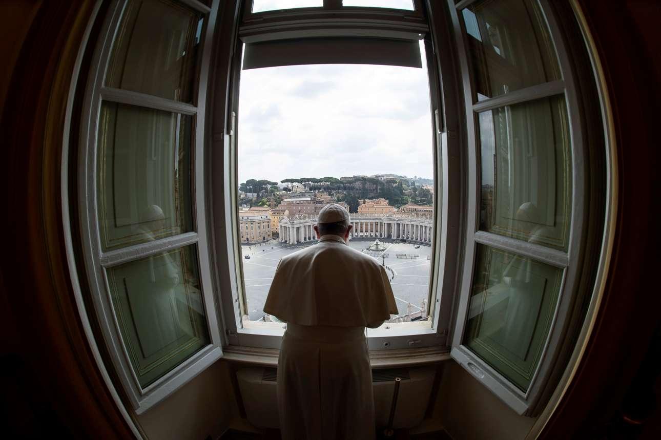 Βατικανό. Ο πάπας Φραγκίσκος προσεύχεται από το μπαλκόνι του με θέα την άδεια πλατεία και η προσευχή του μεταδίδεται μέσω Διαδικτύου στις οθόνες των ρωμαιοκαθολικών