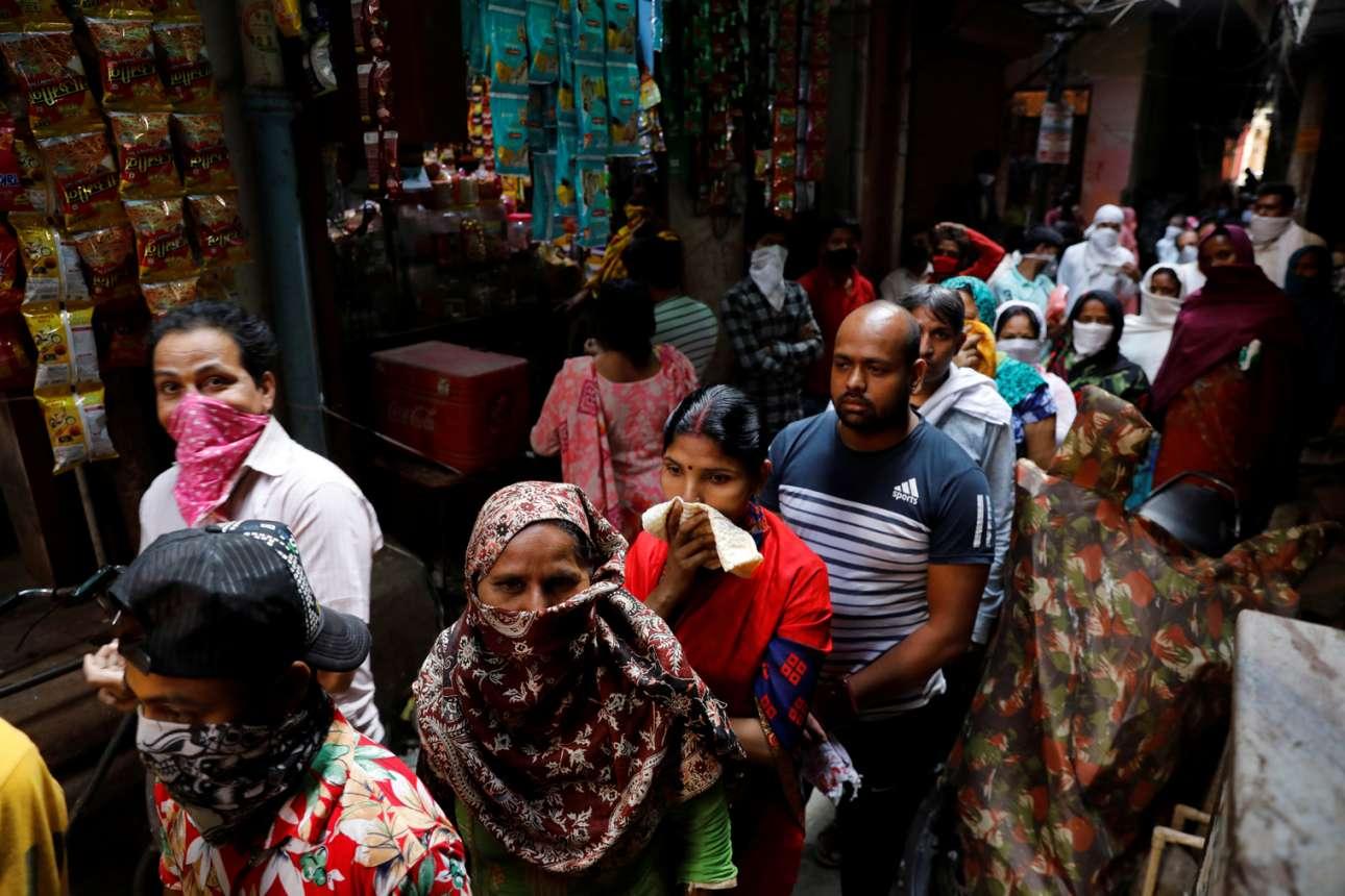 Η Ινδία μπαίνει σε καραντίνα 21 ημερών και κάτοικοι του Νέου Δελχί συνωστίζονται σε ένα στενάκι για να παραλάβουν δωρεάν τρόφιμα