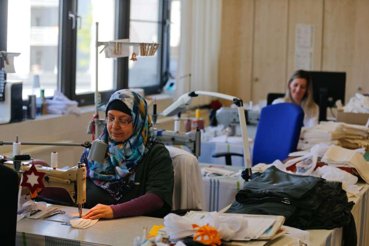Γυναίκες από το Πανεπιστημιακό Νοσοκομείο της γερμνανικής πόλης Εσσεν ράβουν μάσκες