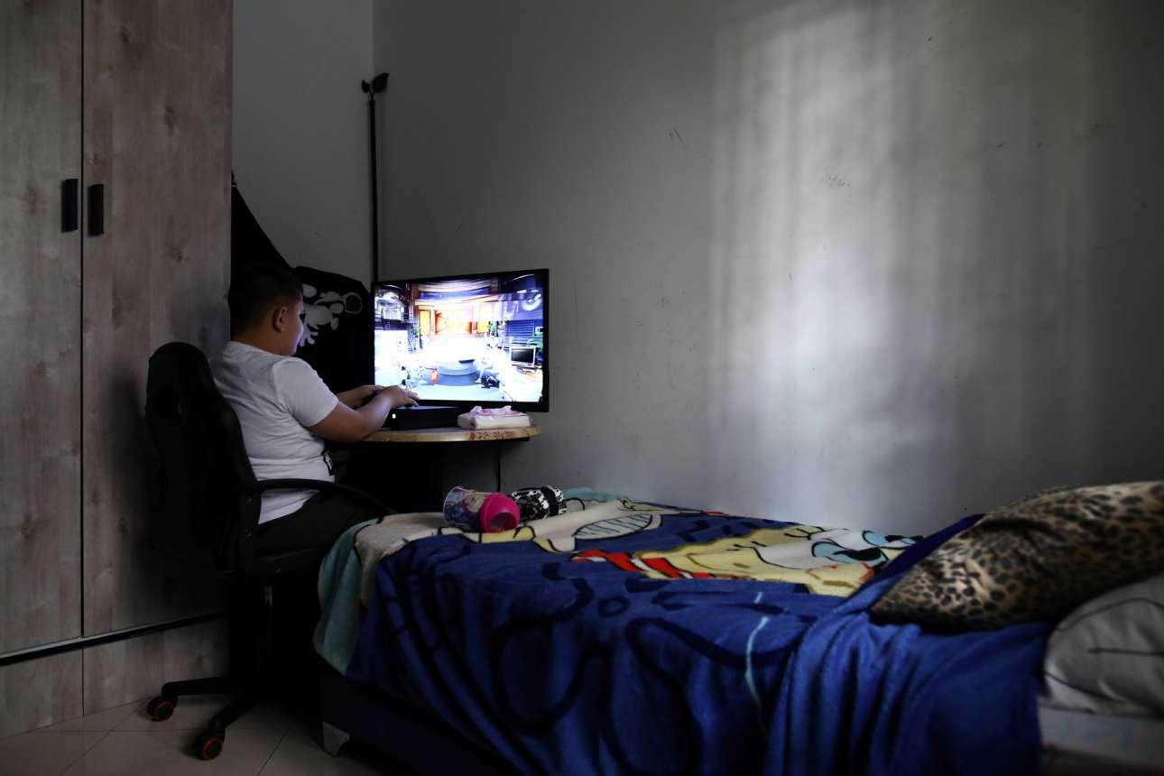 Ο 11χρονος παλαιστίνιος Βίκτορ Σάρα στο δωμάτιο του στην Ιερουσαλήμ, περνάει τον χρόνο του -και το lockdown- παίζοντας videogames