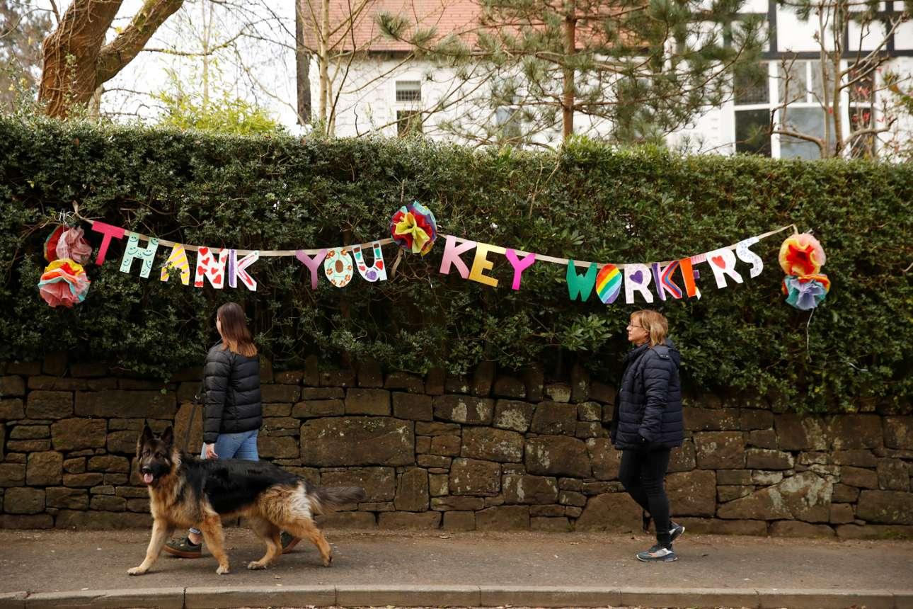 «Thank you key workers» γράφει το μπάνερ στο Μάντσεστερ, ευχαριστώντας όλους τους υπαλλήλους και εργάτες - κλειδιά, από το σύστημα Υγείας μέχρι τα σούπερμαρκετ, που μας κρατούν ζωντανούς