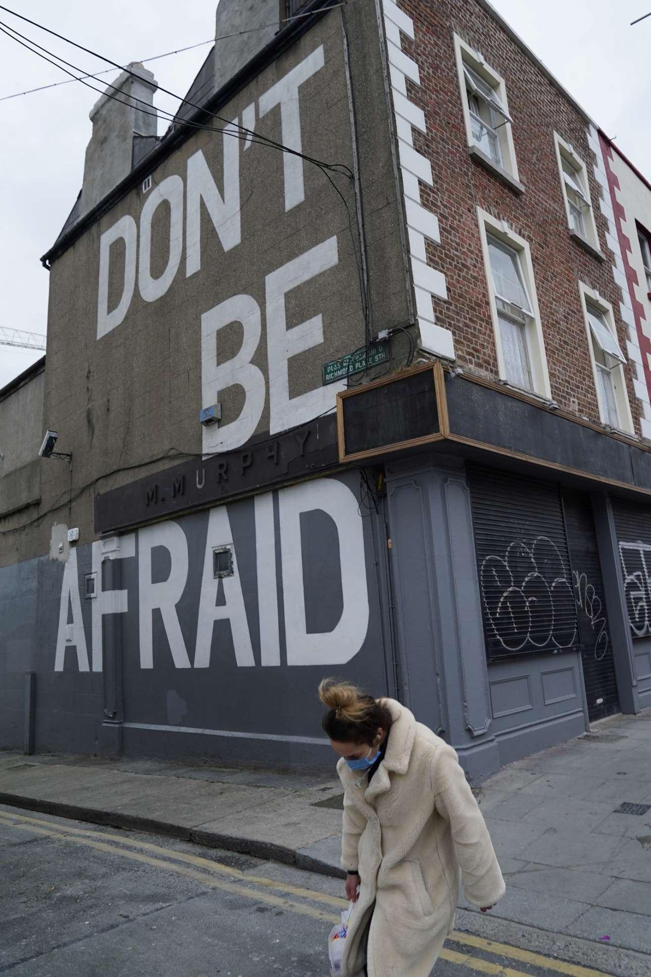 Δουβλίνο. Το σύνθημα ψηλά στον τοίχο, το βλέμμα χαμηλά στον δρόμο, το κουράγιο σφιχτά στα δόντια σαν ψίθυρος: «Ναι, ναι, δεν φοβάμαι…»