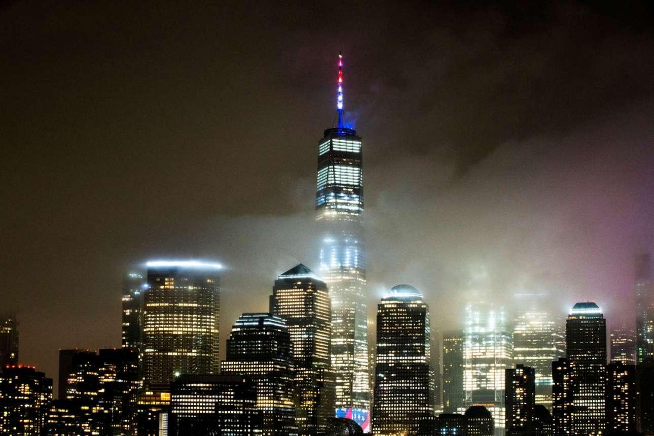 Νέα Υόρκη. Το One World Trade Center, το υψηλότερο κτίριο των ΗΠΑ, «ντύθηκε» στα εθνικά χρώματα για να δώσει ελπίδα στους Αμερικανούς μέσα στο σκότος της πανδημίας