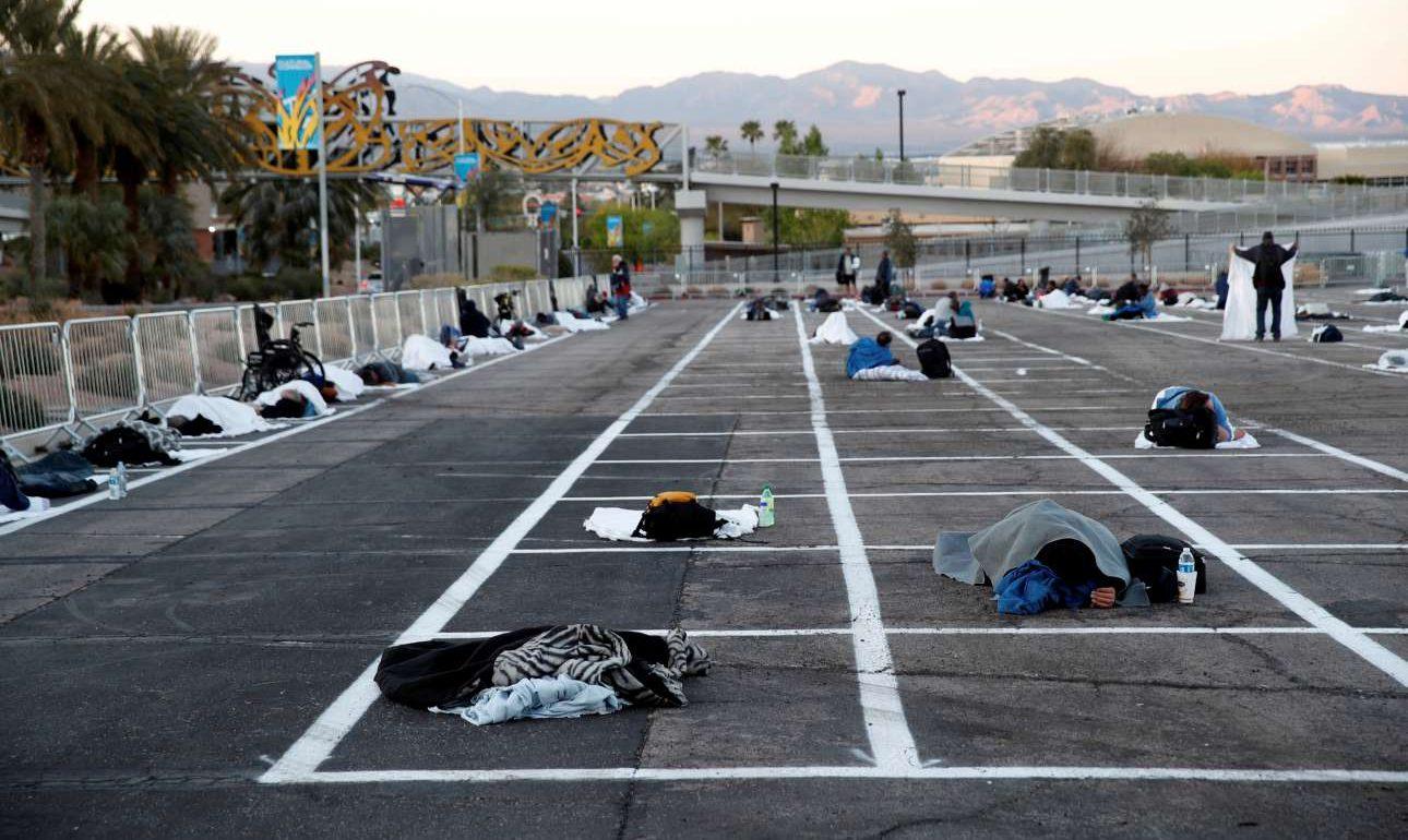 Μια συγκλονιστική εικόνα: Αστεγοι του Λας Βέγκας σε πάρκινγκ λόγω κορονοϊού