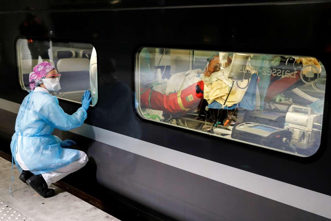 Παρίσι. Η υγειονομικός ρίχνει μία τελευταία ματιά στους ασθενείς από κορονοϊό, που το νοσοκομείο της στέλνει με τρένο στη Βρετάνη