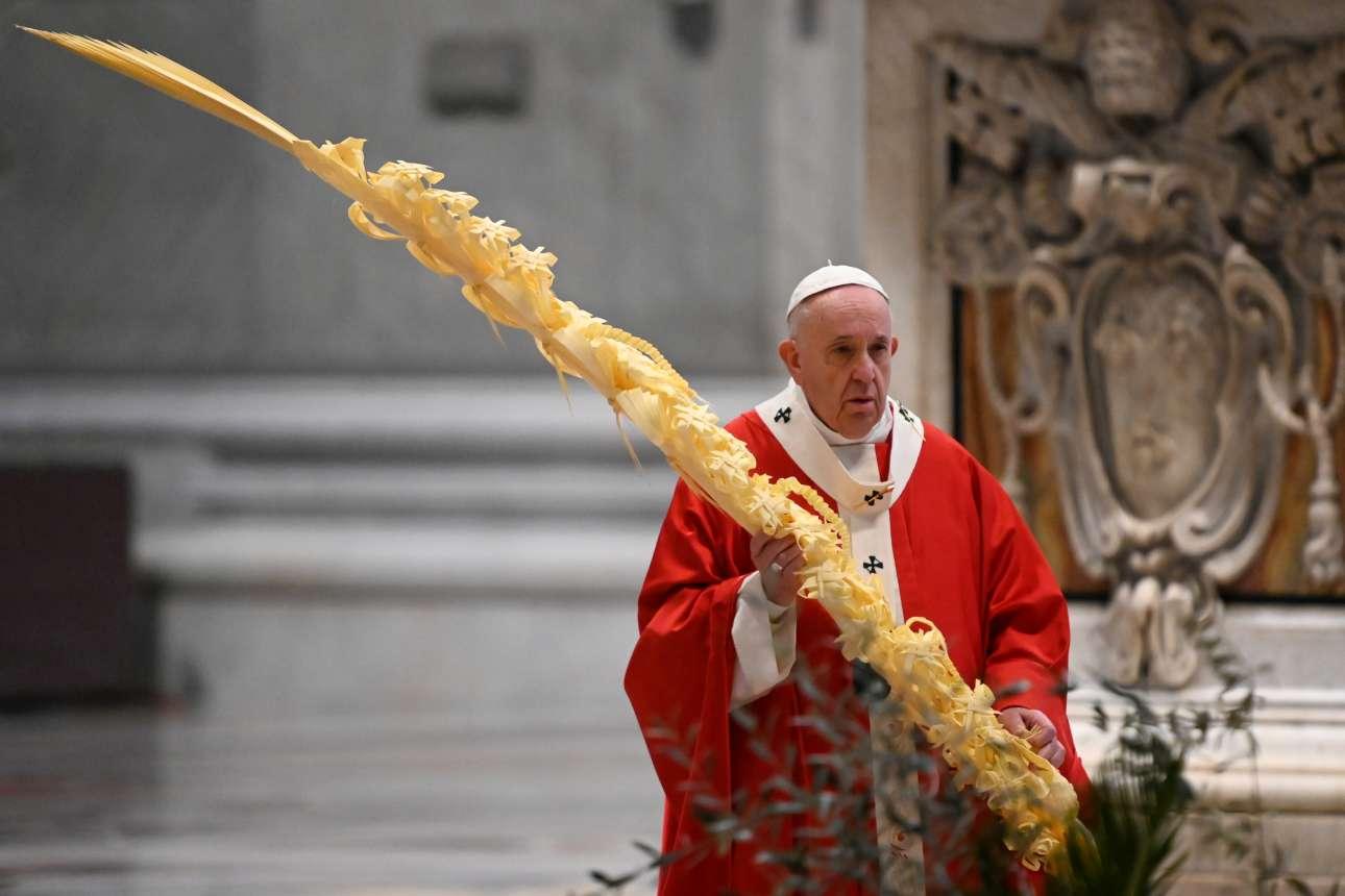Μια Κυριακή των Βαΐων (για τους Ρωμαιοκαθολικούς) χωρίς προηγούμενο. Σε μια άδεια Βασιλική του Αγίου Πέτρου, ο πάπας Φραγκίσκος ετοιμάζεται για την τελετή