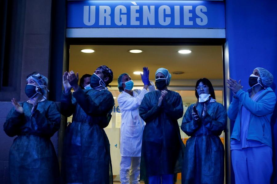 Βαρκελώνη. Τους χειροκροτούν από τα μπαλκόνια τους οι γείτονες του νοσοκομείου, ανταποδίδουν και οι γιατροί με τον ίδιο τρόπο την αβρότητα: «Βάστα με, να σε βαστώ»