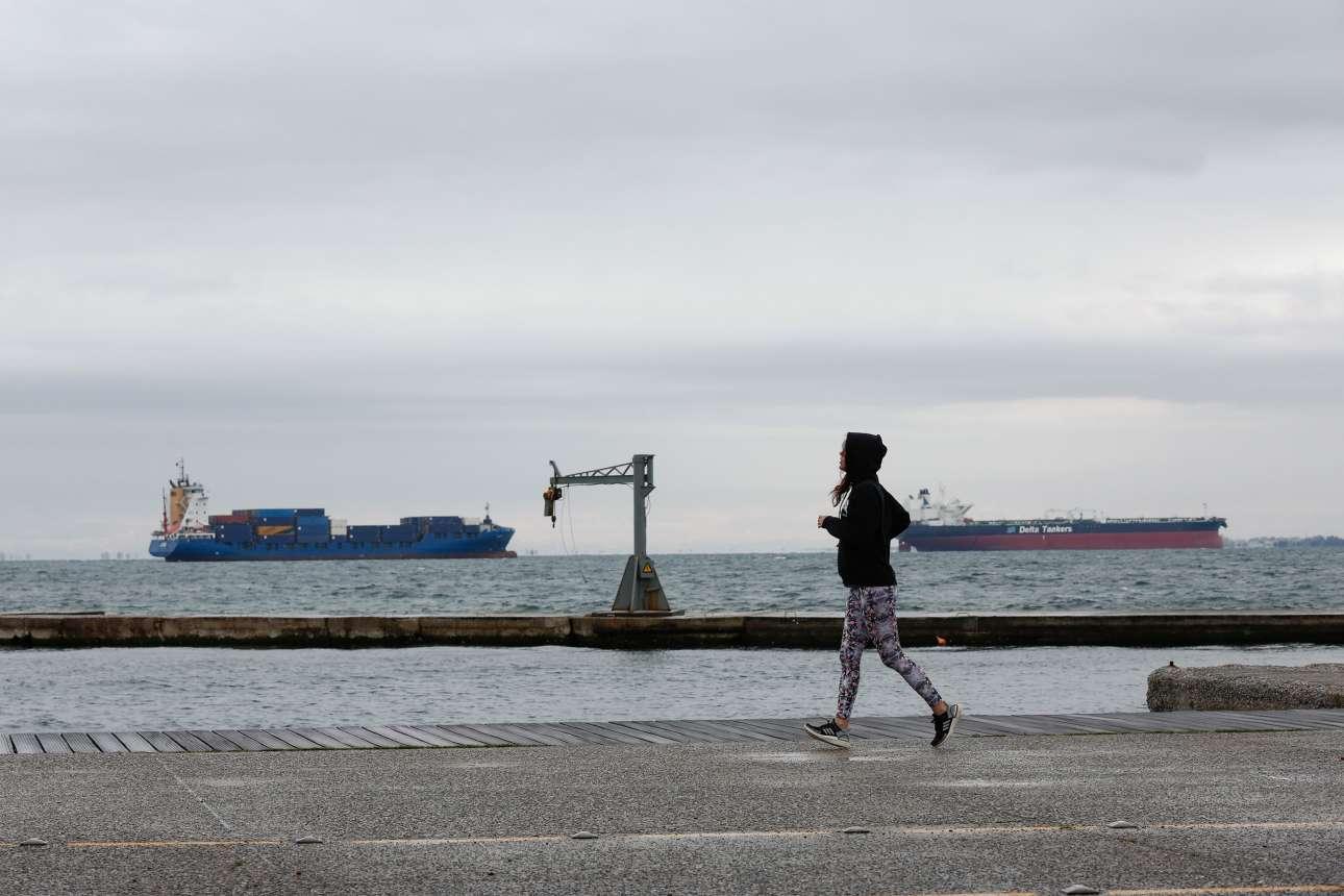 Θεσσαλονίκη. Τα νέα μέτρα, του αποκλεισμού της παραλίας, αλλά και ο βαρύς καιρός, έδιωξαν τον κόσμο που γυρόφερνε αμέριμνος. Μπράβο τους! – των μέτρων, δηλαδή, και του καιρού