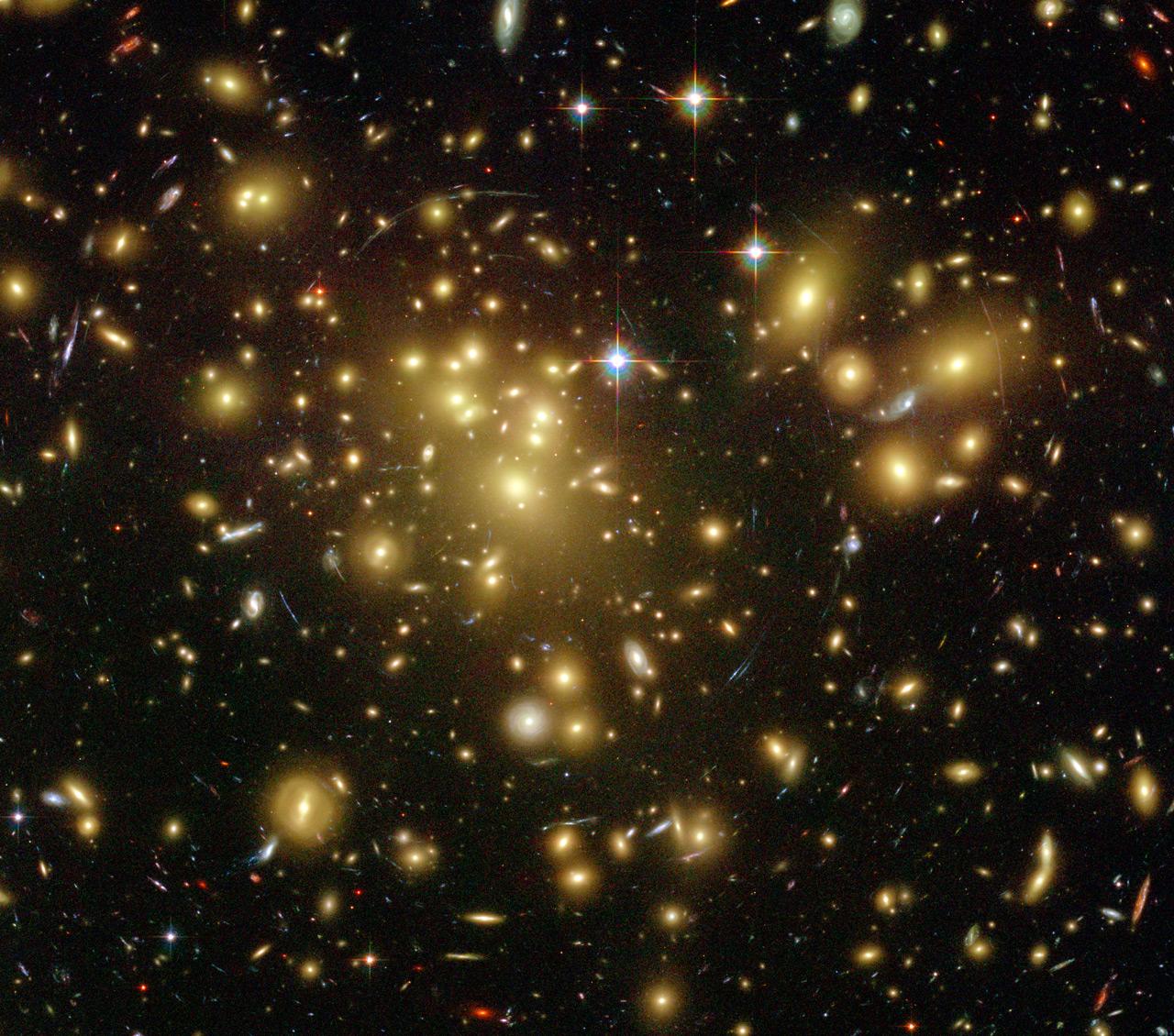 «Το γαλαξιακό σμήνος». To Hubble κατάφερε να καταγράψει εικόνες από το ένα τεράστιο σμήνος γαλαξιών που βρίσκεται σε απόσταση περίπου δύο δισ. ετών φωτός από εμάς. Το σμήνος ονομάστηκε Abell 1689 και σε αυτό υπάρχουν περισσότεροι από χίλιοι γαλαξίες. Το Hubble κατάφερε να εντοπίσει μέσα στους γαλαξίες την παρουσία δεκάδων χιλιάδων σφαιρωτών σμηνών. Σφαιρωτό σμήνος ή σφαιρωτό αστρικό σμήνος ονομάζεται στην αστρονομία μία πυκνή συγκέντρωση αστέρων με σφαιρικό ή σχεδόν σφαιρικό σχήμα, που περιφέρεται γύρω από το κέντρο ενός γαλαξία ως δορυφόρος του. Οι  εκτιμήσεις των ειδικών κάνουν λόγο για περίπου 160 χιλιάδες τέτοια σμήνη στο Abell 1689. Είναι ο μεγαλύτερος αριθμός σφαιρωτών σμηνών που έχει εντοπιστεί μέχρι σήμερα σε ένα γαλαξιακό σμήνος