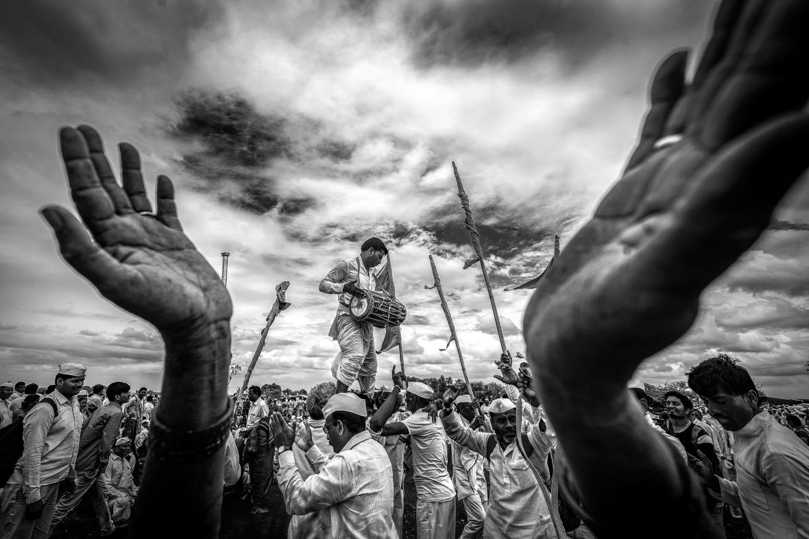 Θιασώτες του φεστιβάλ Παλκί στο Παντχαρπούρ της Μαχαράστρα στην Ινδία. Χιλιάδες από αυτούς περπάτησαν εκατοντάδες χιλιόμετρα για να φτάσουν μέχρι εκεί, διασκεδάζοντας στον δρόμο με μουσική και χορό
