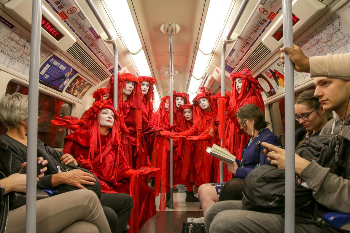 Οι ακτιβιστές της Ερυθρής Επαναστατικής Ταξιαρχίας (Red Rebel Brigade) καταλαμβάνουν το μετρό του Λονδίνου κατά τη διάρκεια των κινητοποιήσεων «Extinction Rebellion» για τους κινδύνους της κλιματικής αλλαγής