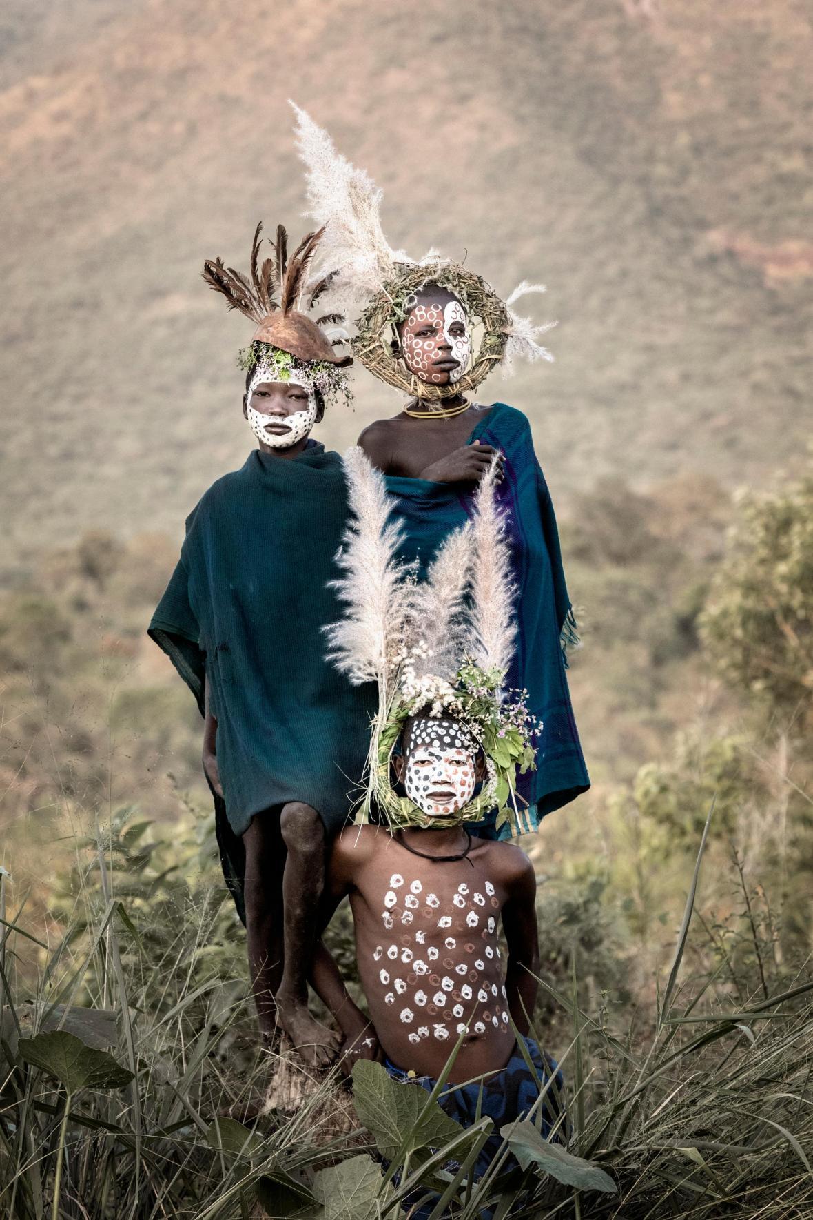 Τρία αγόρια της φυλής των Σούρι, στην Αιθιοπία, με την παραδοσιακή τους στολή