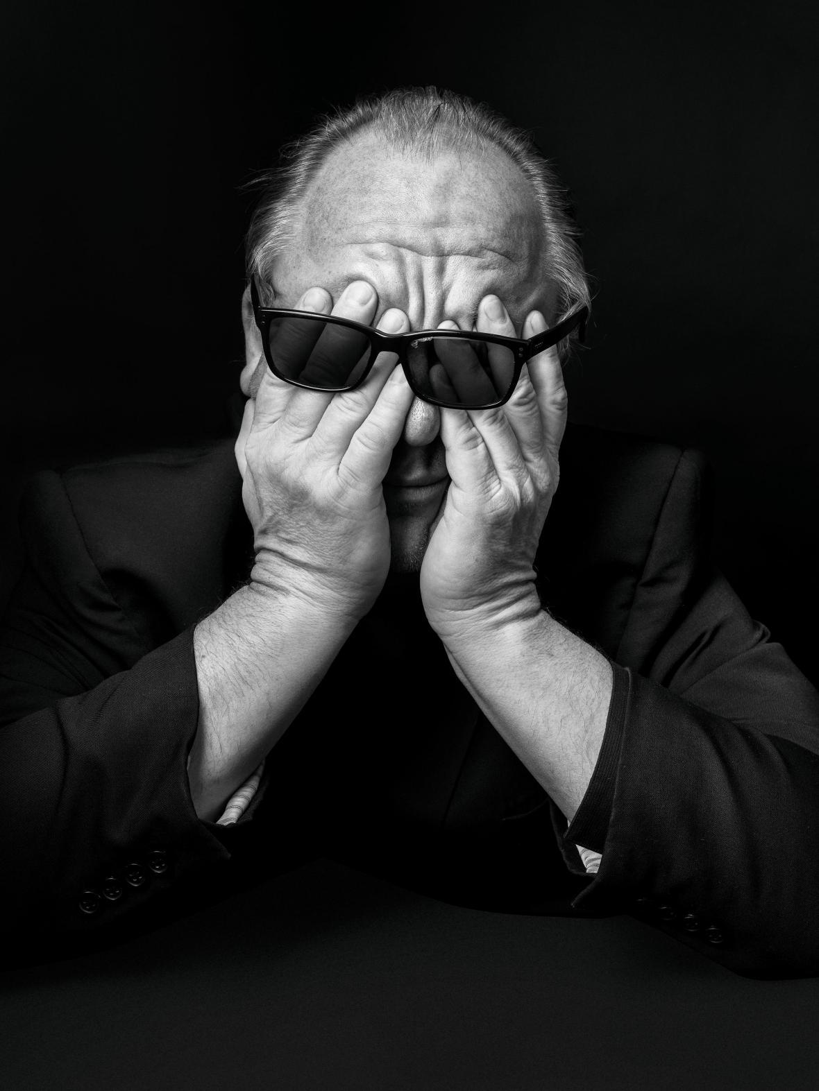 Ο Τσαρλς Τόμσον, γνωστός και ως Black Francis, του ροκ συγκροτήματος The Pixies δείχνει τον εκνευρισμό του κατά τη διάρκεια μιας φωτογράφισης