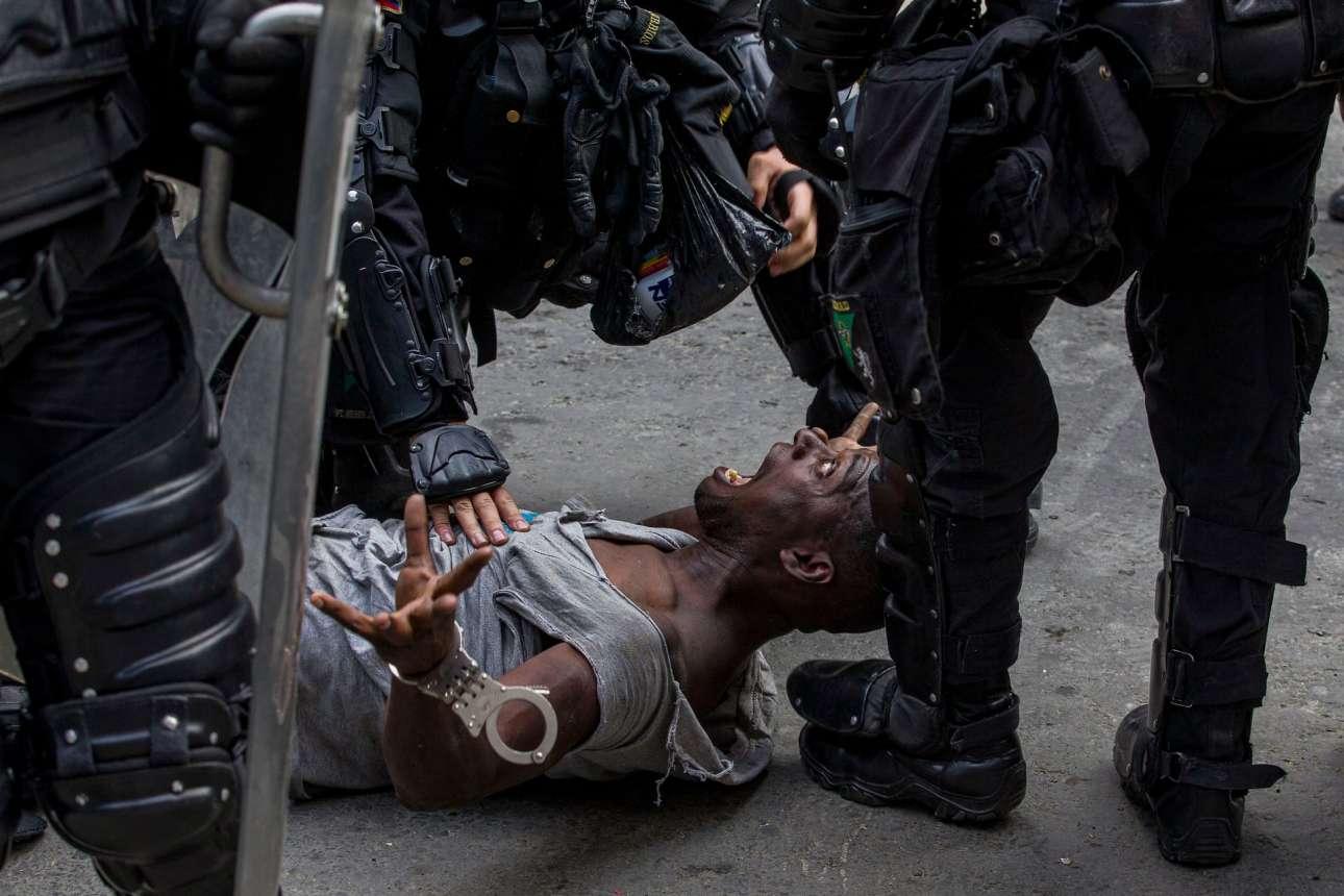 Αξιωματικοί συλλαμβάνουν έναν άνδρα κατά τη διάρκεια διαδήλωσης στο Μεντεγίν της Κολομβίας ενάντια στο αυξανόμενο κόστος ζωής, τις ανισότητες και την έλλειψη ευκαιριών