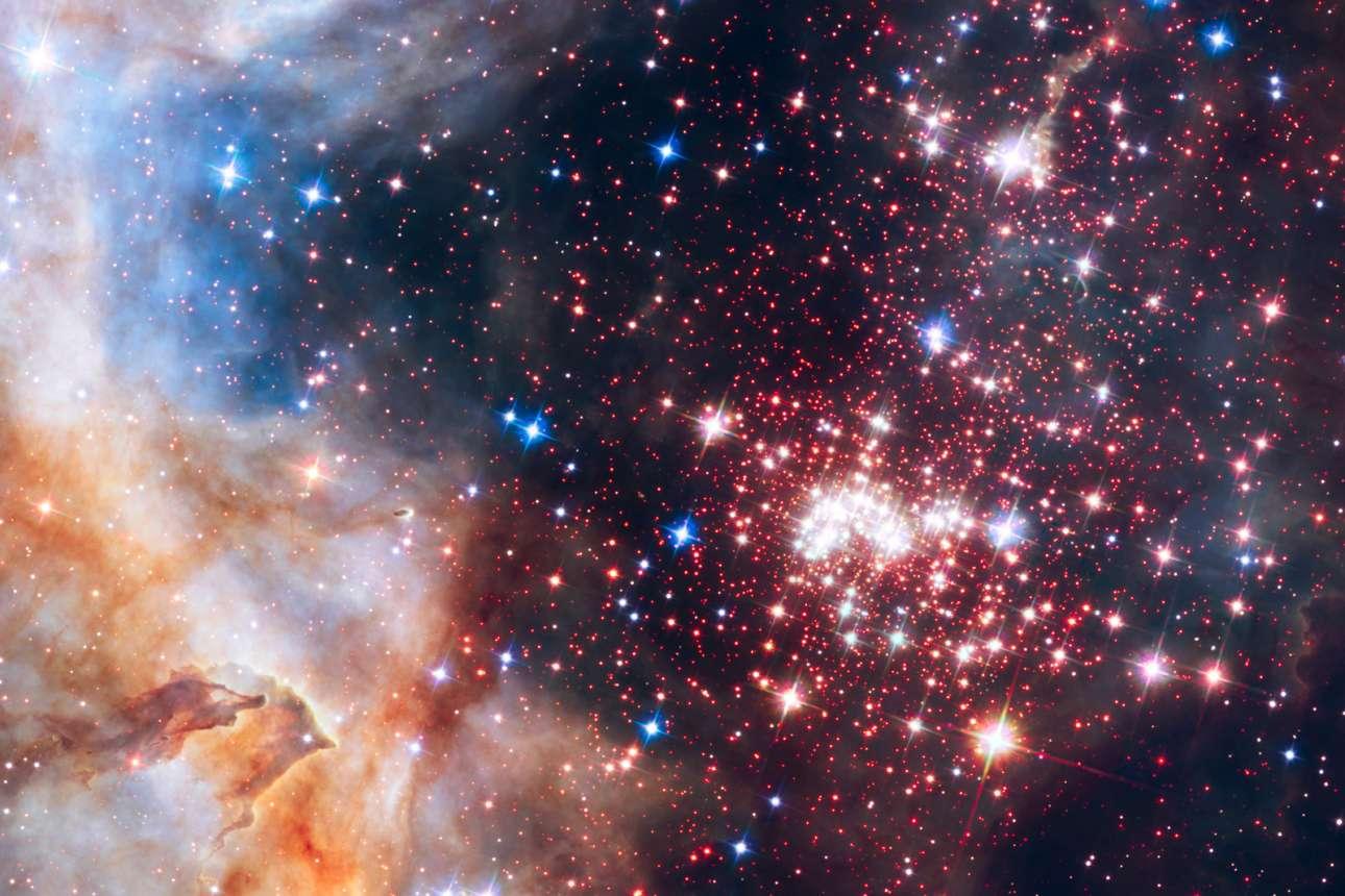 «Αστρικό καλειδοσκόπιο». Μια από τις πιο εντυπωσιακές εικόνες που προήλθε από τις παρατηρήσεις του Hubble είναι αυτή από το αστρικό σμήνος Westerlund 2 που βρίσκεται στον γαλαξία μας σε απόσταση περίπου 20 χιλιάδων ετών φωτός στον αστερισμό της Τρόπιδος. Το σμήνος έχει ηλικία 1-2 εκατ. ετών και σε αυτό βρίσκονται ορισμένα από τα πιο μεγάλα, πιο φωτεινά και καυτά άστρα που γνωρίζουμε στο Σύμπαν
