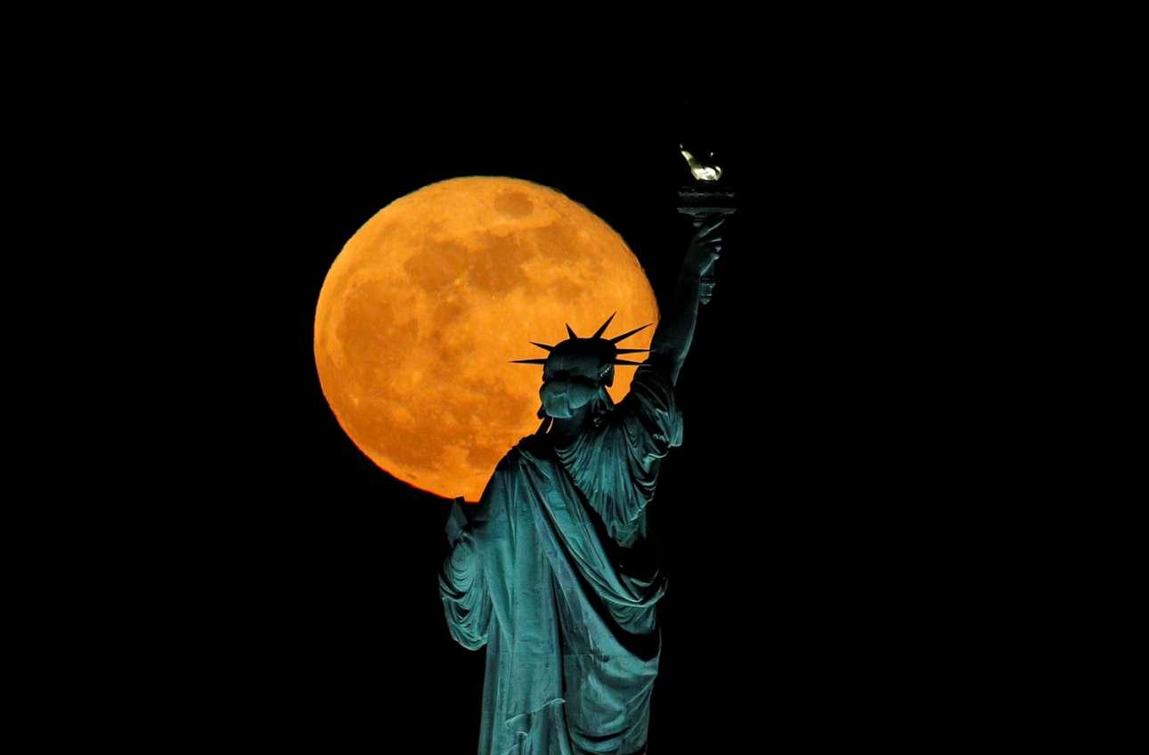 Υπέροχη η πανσέληνος και πάνω από τη Νέα Υόρκη που βασανίζεται από την πανδημία, από τις ιδιαιτερότητες του συστήματος περίθαλψης και από την άγρια ανεργία