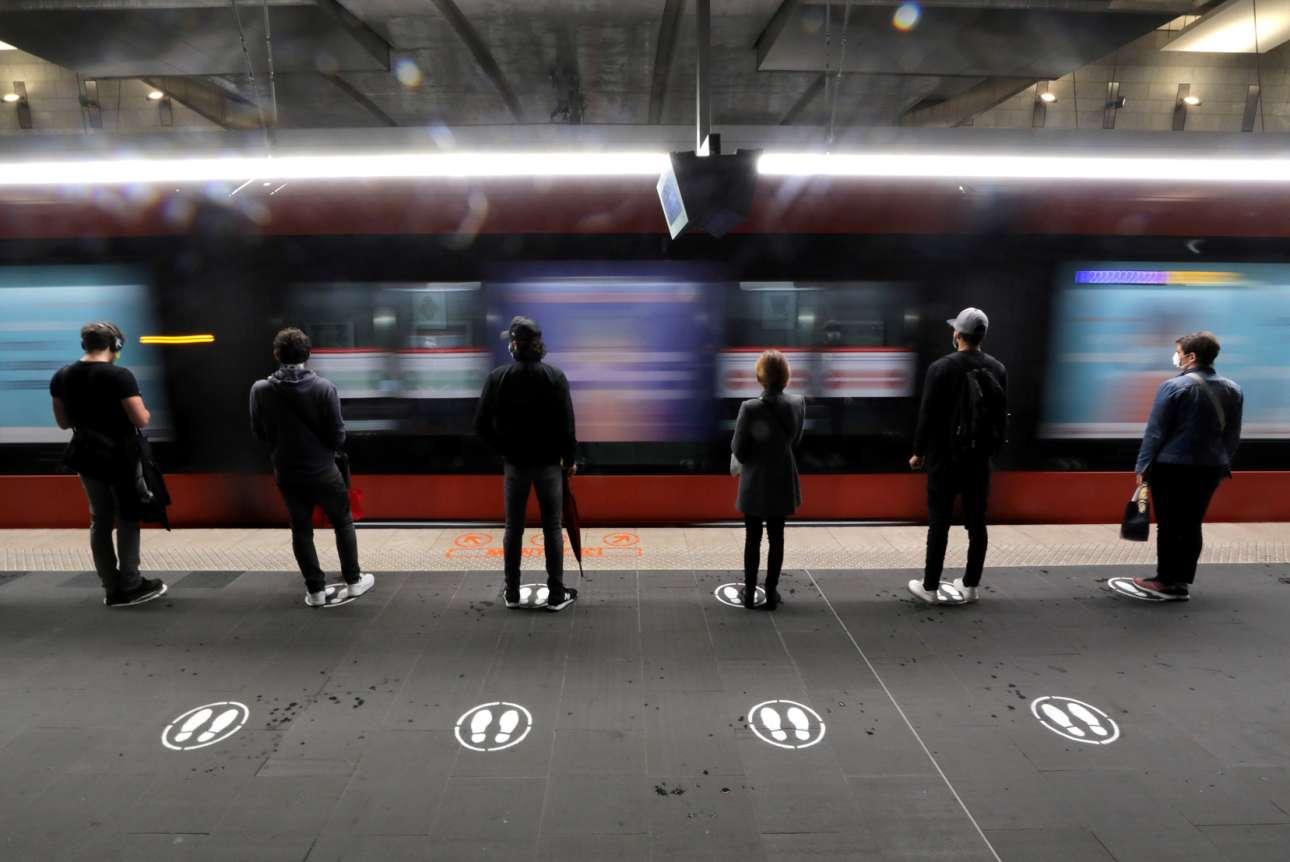 Ζωγραφισμένες πατημασιές σε πλατφόρμα τραμ στη Νίκαια