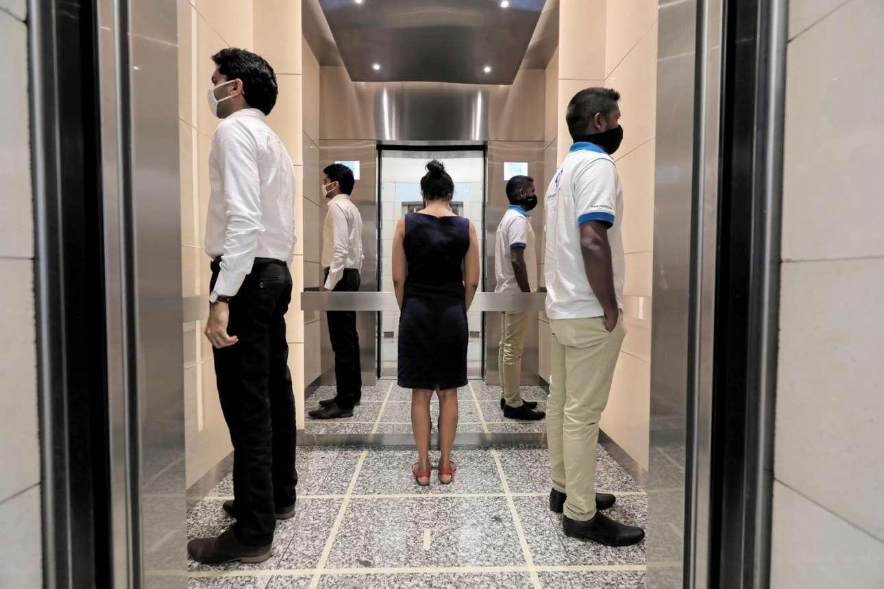 Εργαζόμενοι στο Παγκόσμιο Κέντρο Εμπορίου στο Κολόμπο της Σρι Λάνκα ανεβαίνουν στις δουλειές τους μετά από δυό μήνες καραντίνα