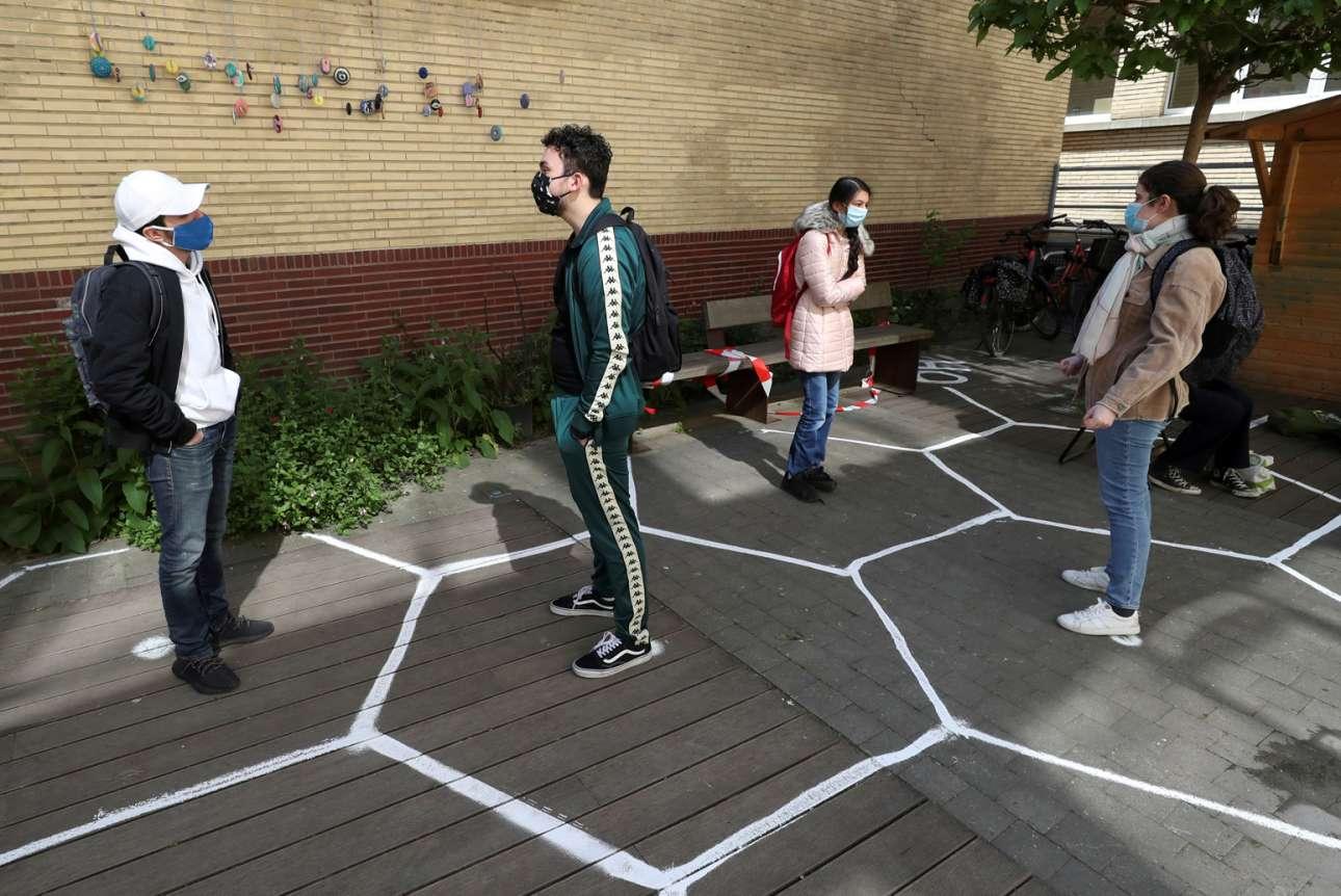 Στο προαύλιο βελγικού σχολείου μαθητές μαθαίνουν να κρατούν αποστάσεις από τους συμμαθητές τους