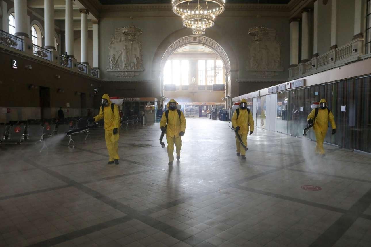 Μόσχα. Το τρένο φεύγει στις 8, μα εσύ μονάχος έχεις μείνει. Και ας είναι μαζί σου άλλοι τρεις που κουβαλούν τα ίδια ψεκαστικά με τα δικά σου, για να απολυμάνετε παρέα τον σταθμό. Και εκείνοι μόνοι τους είναι