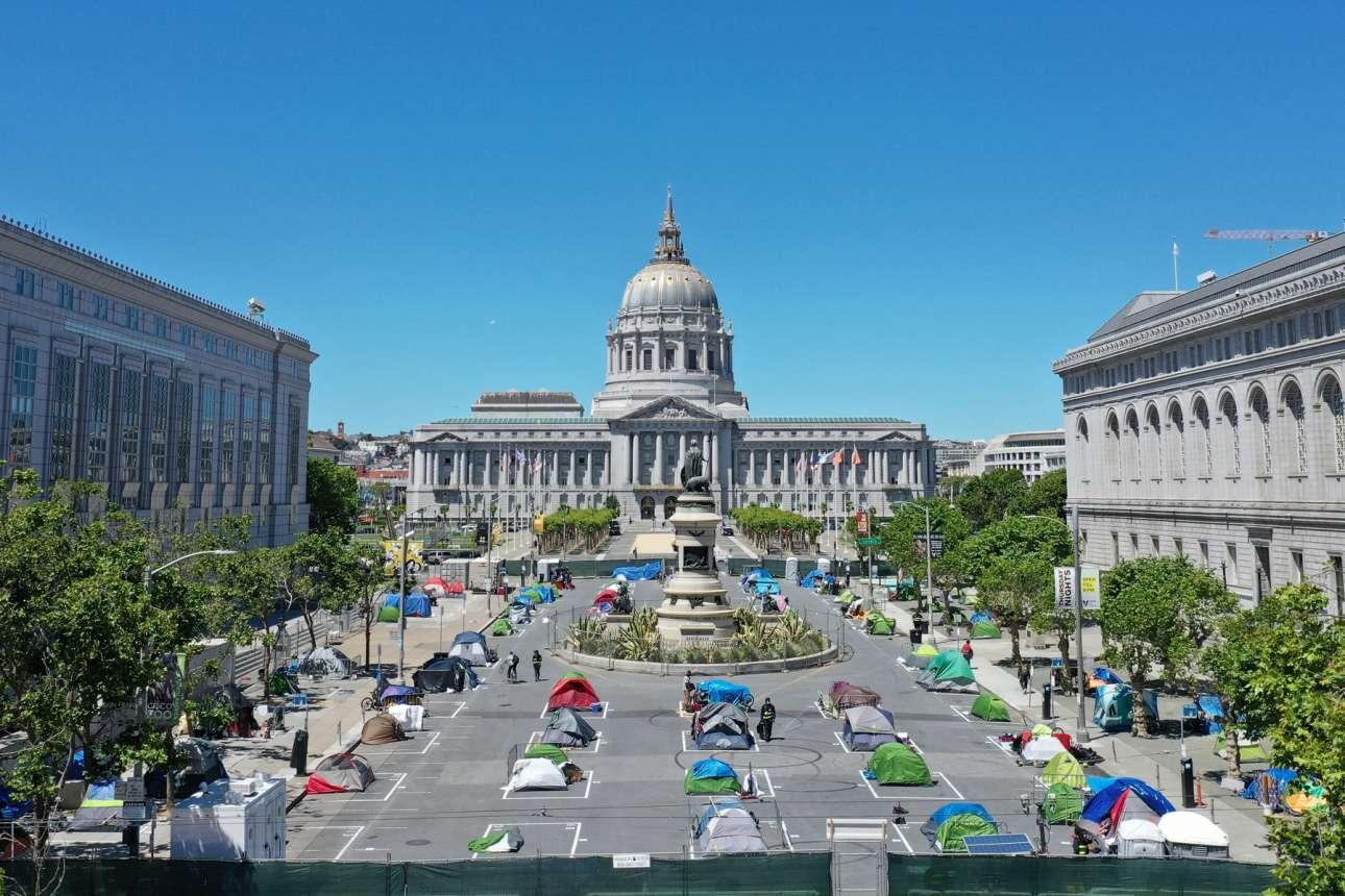 Στην πλατεία δίπλα στο δημαρχείο του Σαν Φρανσίσκο, άστεγοι κοιμούνται μέσα σε τέντες σε οριοθετημένα σημεία. Ο δήμος δημιούργησε αυτόν τον περιφραγμένο χώρο με τουαλέτες και προσωπικό ασφαλείας, μετά από πιέσεις που δέχτηκε από πολίτες