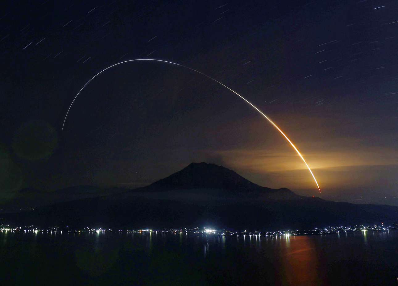 Ιαπωνία. Ο φακός έπιασε την τροχιά του πυραύλου H2B που ανέλαβε την προώθηση ενός  σκάφους με προμήθειες για τον Διεθνή Διαστημικό Σταθμό