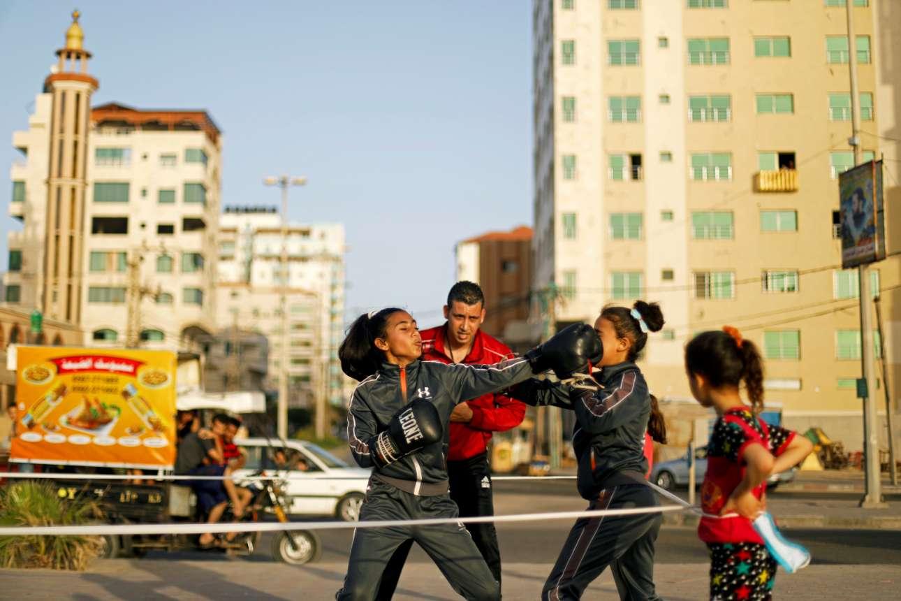 Γάζα. Κλαίνε οι βεδουίνοι, σκούζουν οι φελάχοι, και στην Παλαιστίνη καίγονται μονάχοι. Τα γήπεδα (όσα υπάρχουν) είναι κλειστά λόγω πανδημίας, έτσι για τις μικρές Παλαιστίνιες η προπόνηση στην πυγμαχία γίνεται στο πραγματικό ρινγκ: στον δρόμο