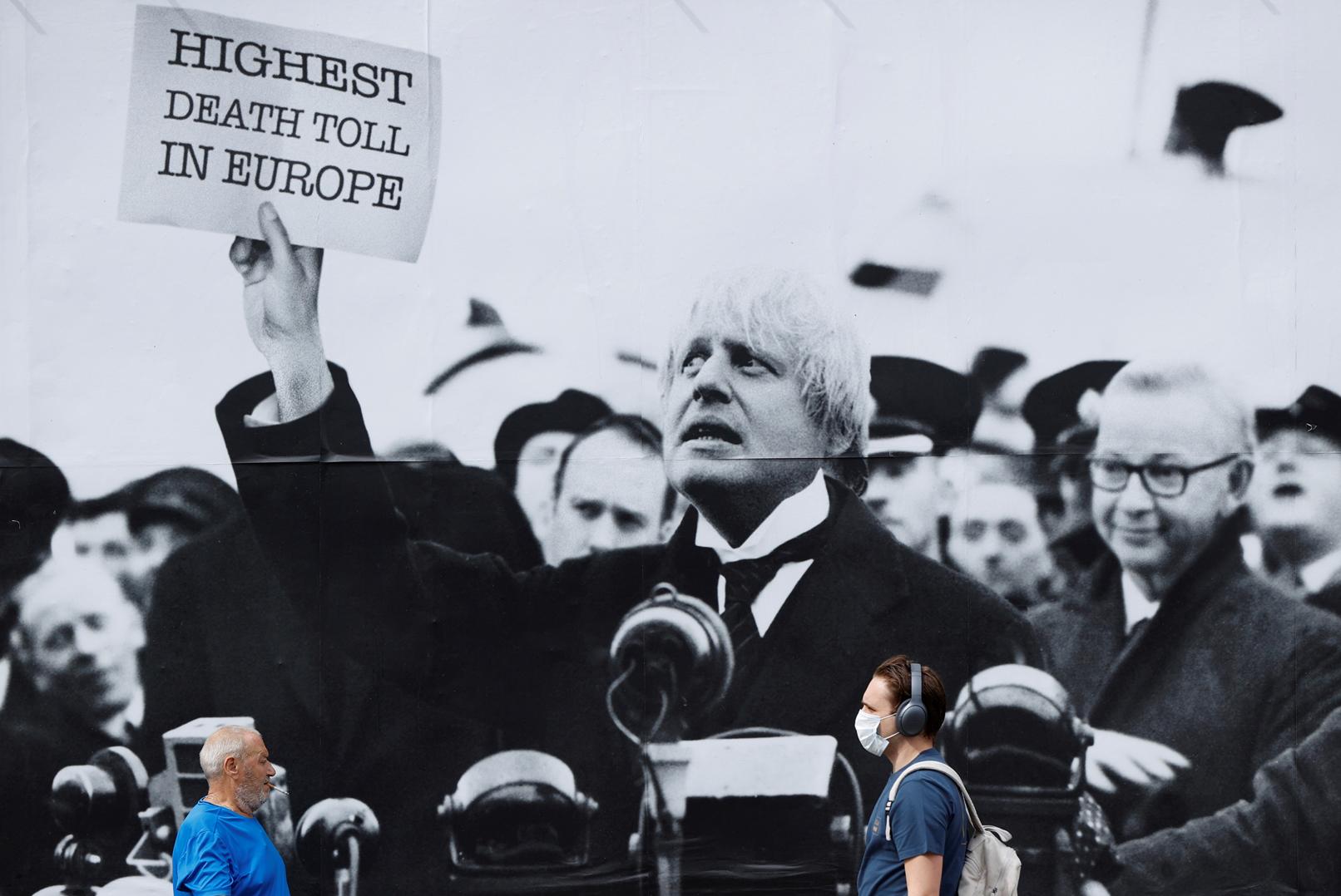 Λονδίνο. Ναι, ο Μπόρις θέλει να δραπετεύσει από το γιγάντιο φωτομοντάζ των εχθρών του, που τον παρουσιάζουν σαν άλλον Τσάμπερλεν να κραδαίνει τη Συμφωνία του Μονάχου της δικής του εποχής, της εποχής της πανδημίας