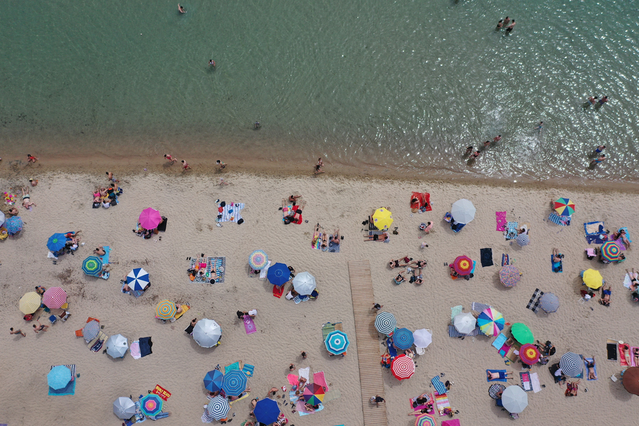 Μια φωτογραφία από ψηλά: στην παραλία Ποταμός της Επανωμής στη Θεσσαλονίκη οι αποστάσεις τηρούνται όσο είναι δυνατόν