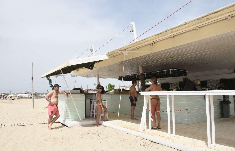 Στην ουρά, τηρώντας τις αποστάσεις, για φρέντο στο καφέ-μπαρ στην παραλία της Επανωμής