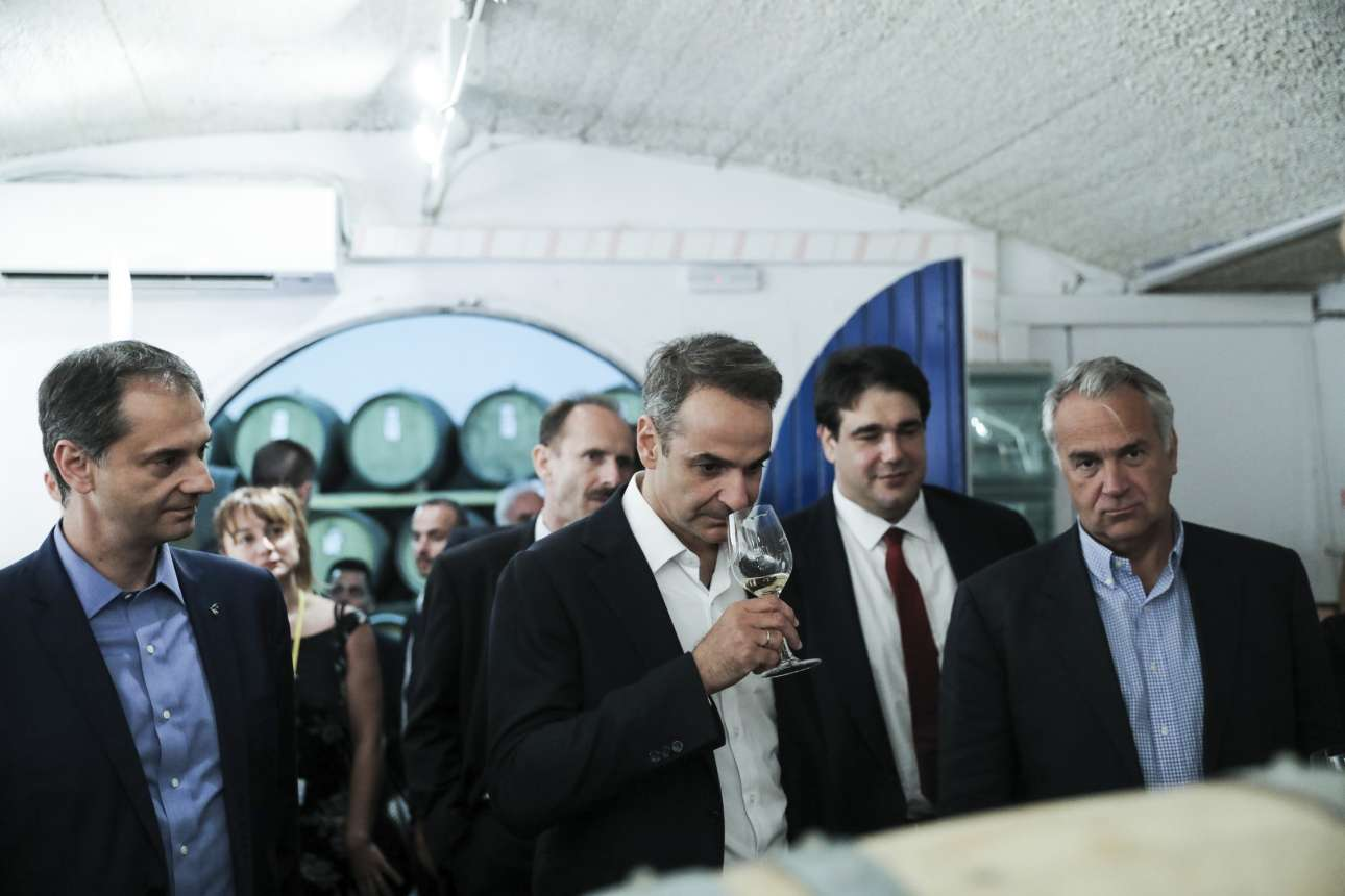 Wine testing: Δοκιμάζοντας τη «μύτη» ενός από τα φημισμένα κρασιά της Σαντορίνης, ανάμεσα στον υπ. Τουρισμού Χάρη Θεοχάρη και τον υπ. Αγροτικής Ανάπτυξης Μάκη Βορίδη