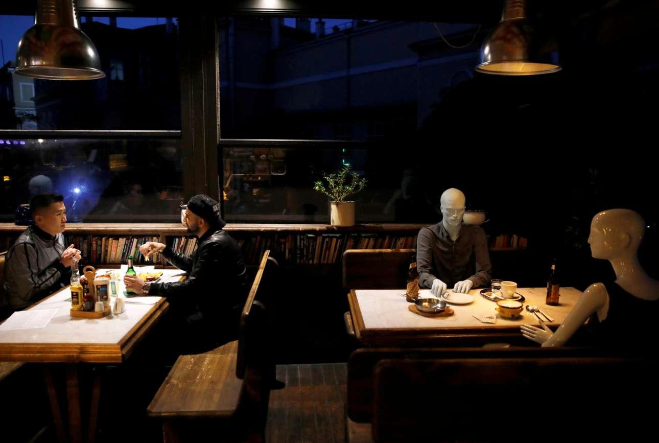 Μπα, μπαρ στην Κωνσταντινούπολη! Οι κούκλες (δεξιά) στήθηκαν για να θυμίζουν στον κόσμο ότι δεν μπορεί να κάθεται ο καθένας όπου του γουστάρει, αλλά μόνο στα ενδεδειγμένα σημεία ώστε να μην εξαπλώνεται η ίωση