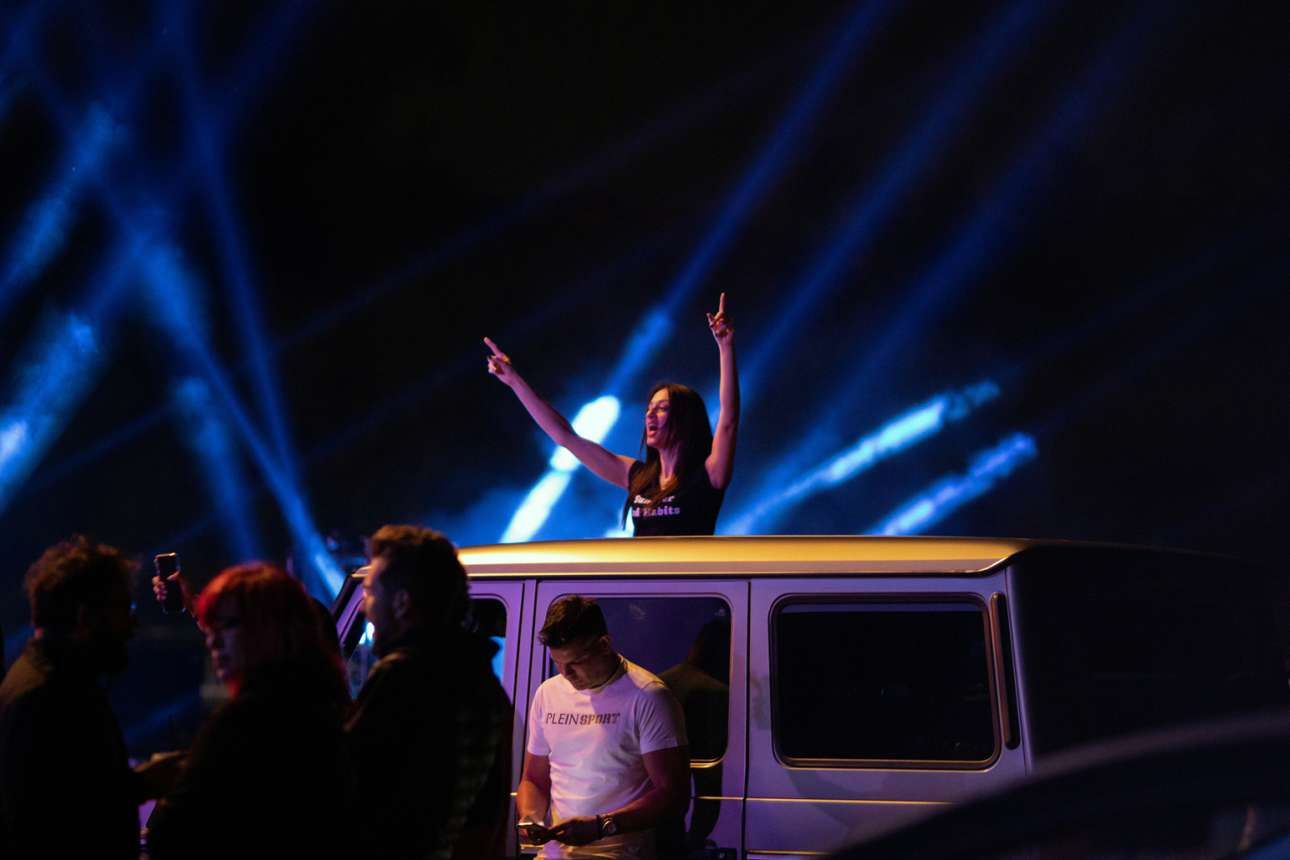 Ελαφρολαϊκή συναυλία τύπου drive-in έγινε στη Γλυφάδα, και η κοπέλα, όπως βλέπετε αλλά δυστυχώς δεν ακούτε, μεράκλωσε