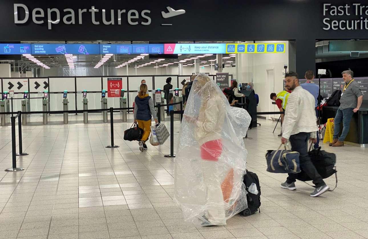 Κάποτε, με παρόμοια νάιλον ντύνονταν οι έλληνες φίλαθλοι όταν η μπόρα σάπιζε περαιτέρω «τα τσιμέντα». Τώρα ο κορονοϊός φόρεσε το νάιλον στον επίδοξο επιβάτη, στο αεροδρόμιο του Λούτον, στη Βρτεανία