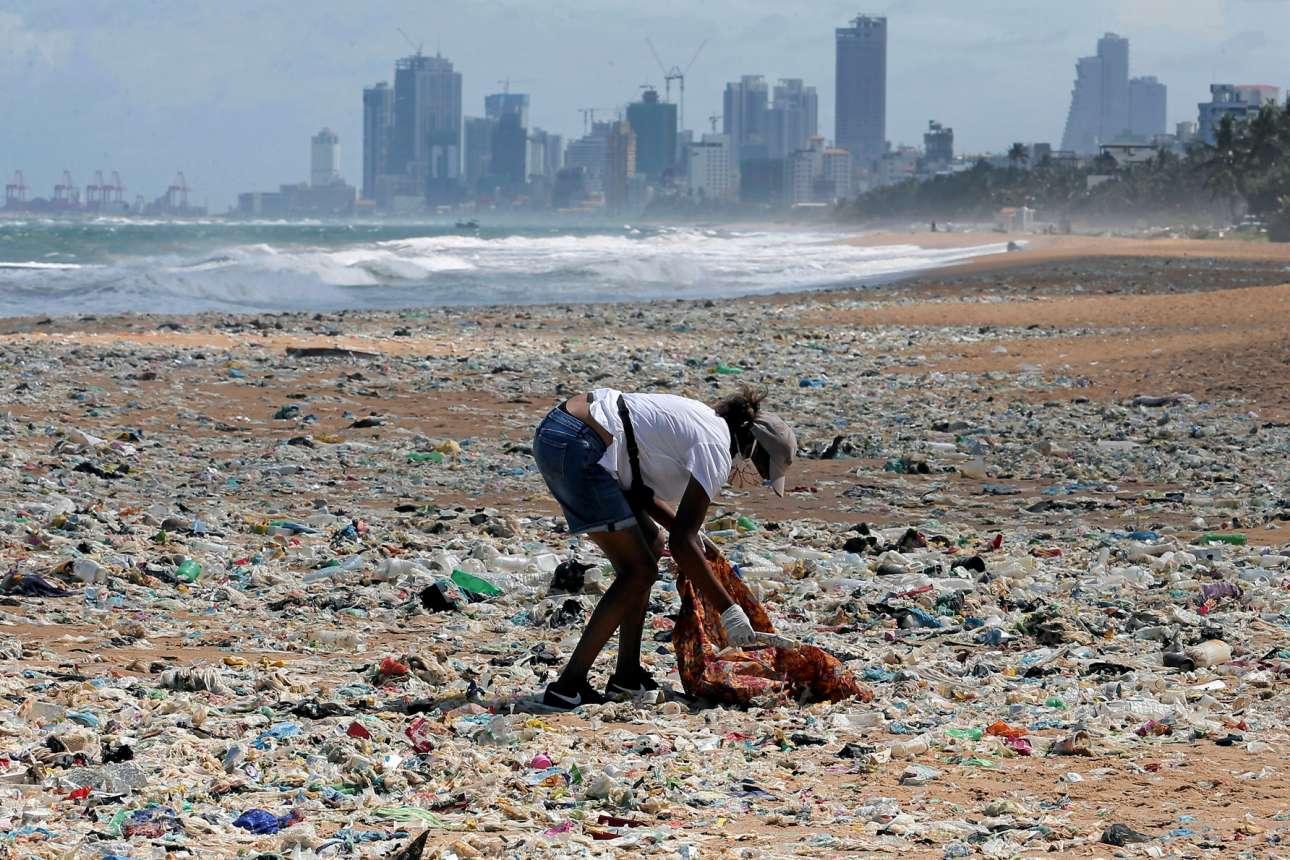 Εθελοντής, λέει, καθαρίζει την παραλία του Κολόμπο (Σρι Λάνκα) από τα σωρευμένα απορρίμματα, της Παγκόσμιας Ημέρας Περιβάλλοντος ανήμερα