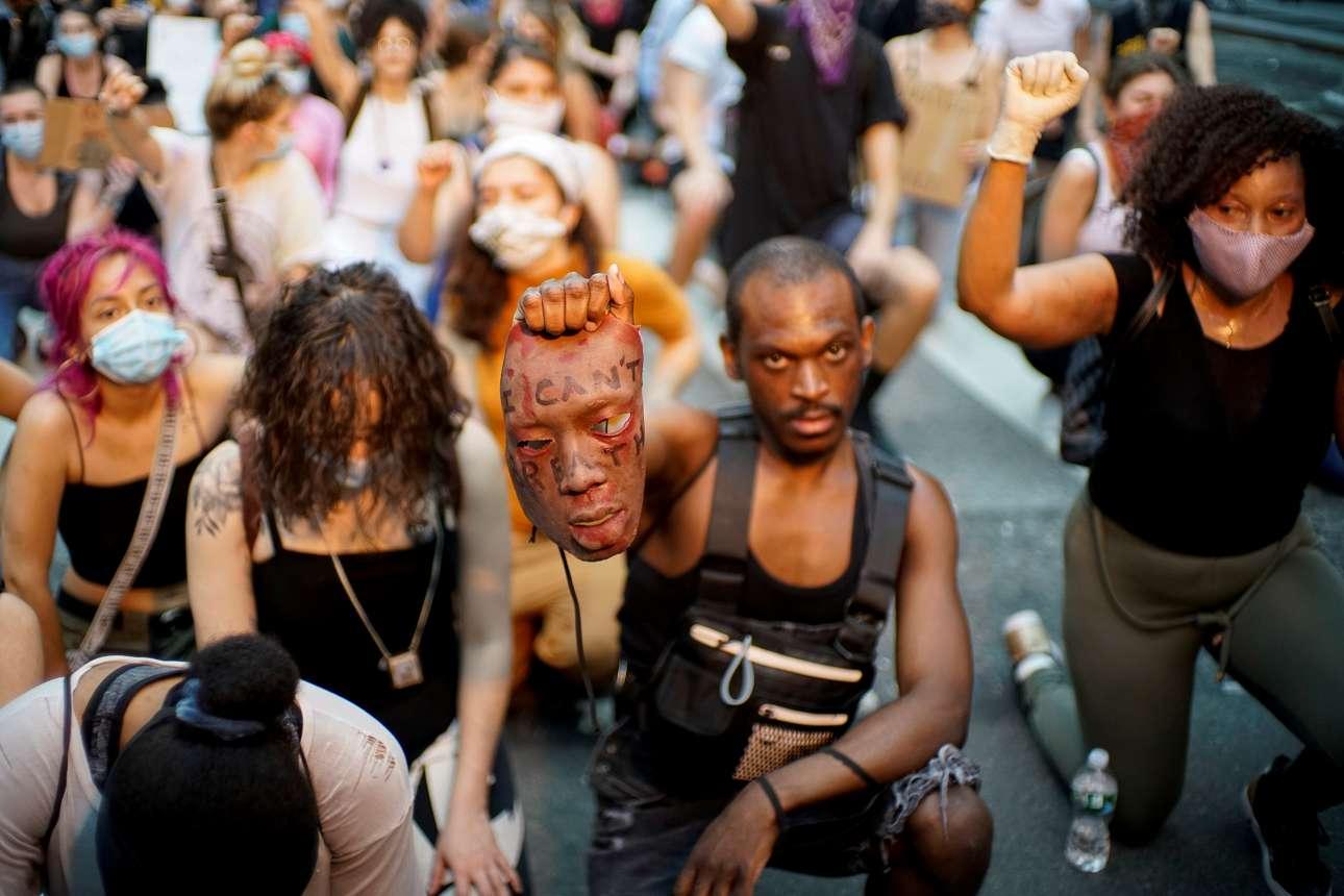 Στιγμιότυπο από νεοϋορκέζικη διαδήλωση διαμαρτυρίας για τον φόνο του μαύρου Τζορτζ Φλόιντ από λευκό αστυφύλακα