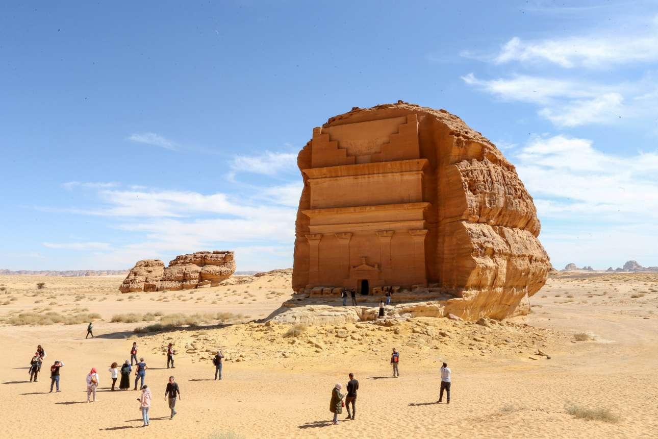 Προϊσλαμικά μνημεία της Σαουδικής Αραβίας. Οι τουρίστες στέκονται μπροστά από τον τάφο Κασρ αλ-Φαρίντ και, από τόσο μακριά που τους βλέπουμε εμείς, δείχνουν σαν να μη δυσφορούν για τη ζέστη
