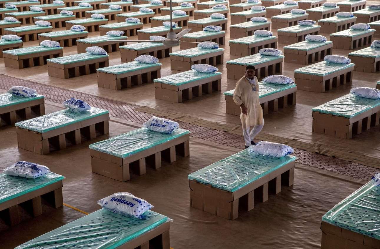 Κρεβάτια φτιαγμένα από χαρτόνι περιμένουν ασθενείς με ίωση κορονοϊού στο Νέο Δελχί, σε ένα φιλανθρωπικό πρότζεκτ θρησκευτικής οργάνωσης