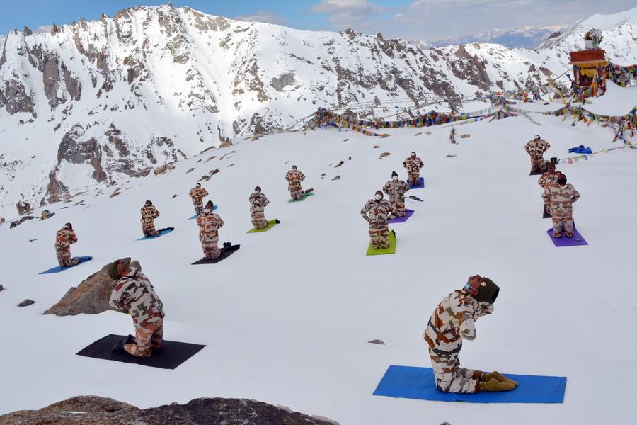 Ινδοί συνοριοφύλακες της ινδοθιβετιανής μεθορίου εκτελούν ασκήσεις γιόγκα στα χιονοσκεπή βουνά. Προπαγανδιστική φωτογραφία, επειδή από την απέναντι πλευρά ο κινεζικός στρατός ασκείται στο κουνγκ φου (και όχι μόνο σε αυτό)