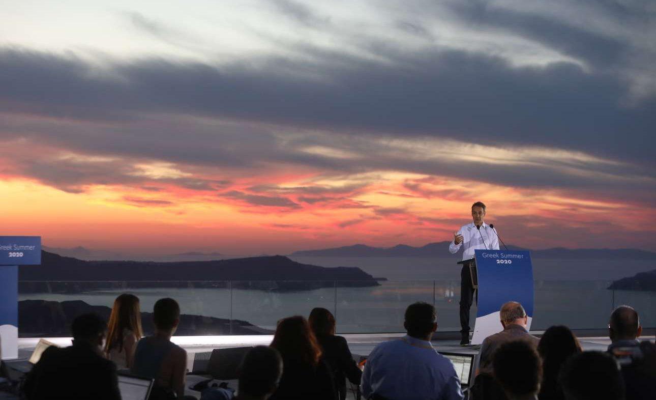 O Κυριάκος Μητσοτάκης συνομιλεί με τους ξένους δημοσιογράφους στέλνοντας το μήνυμα προς τον κόσμο: «Ελάτε στην Ελλάδα»