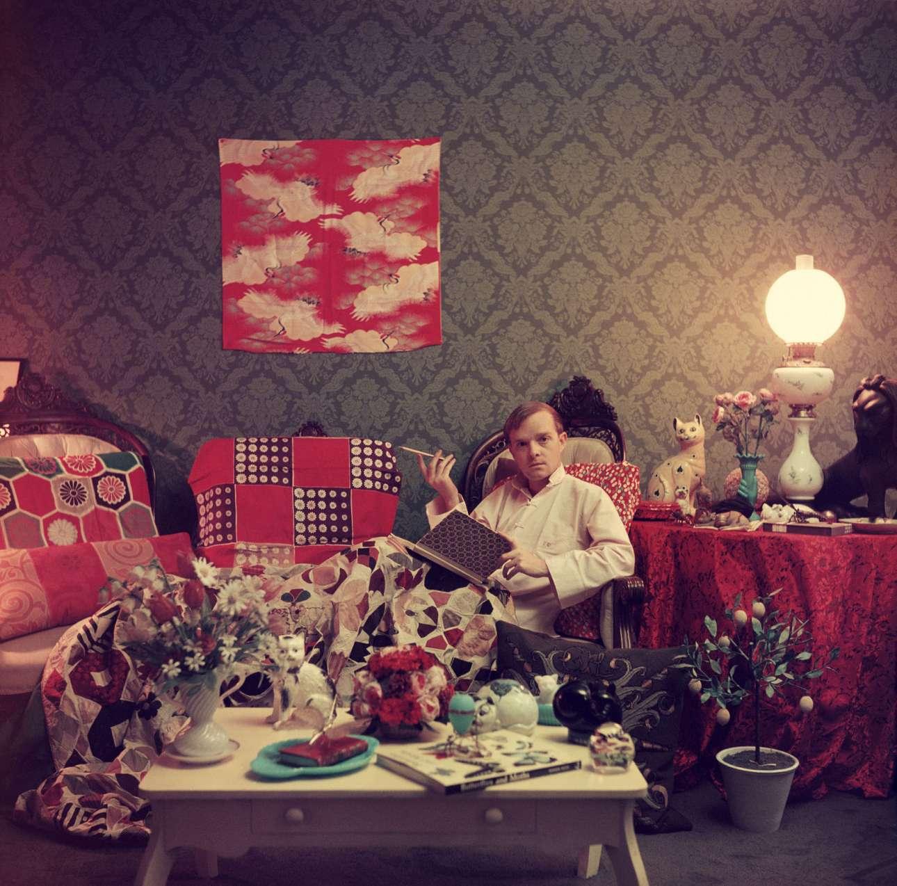 O ξεχωριστός συγγραφέας Τρούμαν Καπότε στο σπίτι του στην περιοχή Brooklyn Heights της Νέας Υόρκης, το 1958