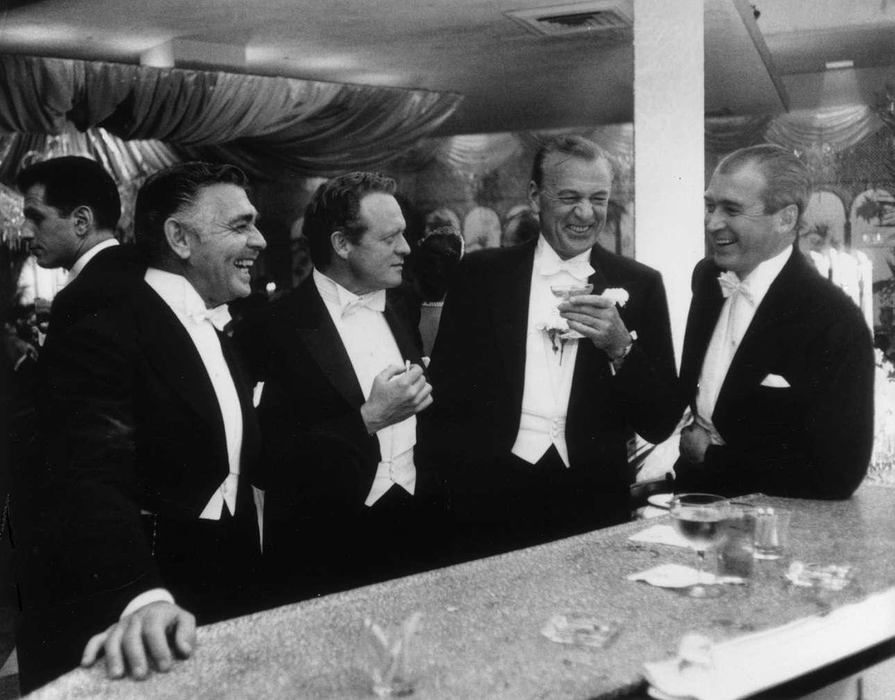 Οι βασιλιάδες του Χόλιγουντ: Κλαρκ Γκέιμπλ, Βαν Χέφλιν, Γκάρι Κούπερ και Τζέιμς Στιούαρτ στο εστιάτοριο Romanoff's στο Μπέβερλι Χιλς, το 1957