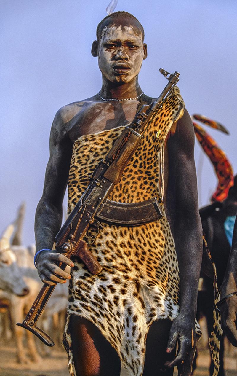Πολεμιστής Ντίνκα με δέρμα λεοπάρδαλης και τουφέκι καλάσνικοφ στο Νότιο Σουδάν, το 2006.