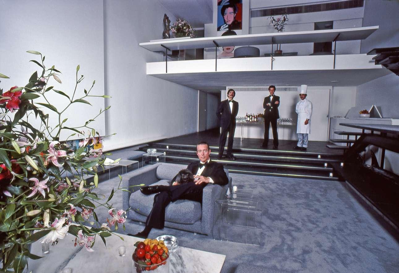 O Halston, o εμβληματικός σχεδιαστής της δεκαετίας του 70 ,στο σπίτι του στη Νέα Υόρκη το 1978