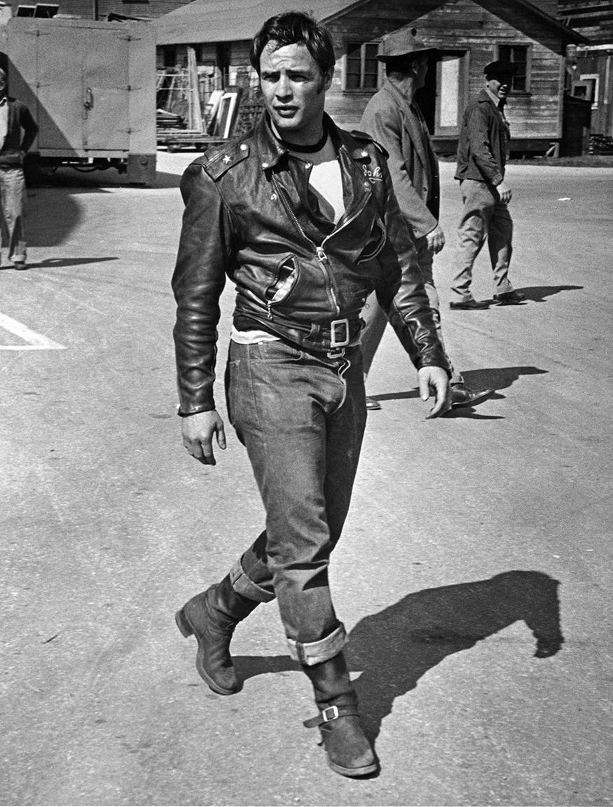 Ο Μάρλον Μπράντο στα γυρίσματα της ταινίας «Ο Ατίθασος», το 1953